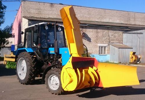 Зеленый гусеничный трактор Беларус МТЗ 1502 01